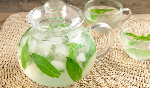 Ảnh minh họa lá bạc hà (Mint) khi dùng chung với nước uống